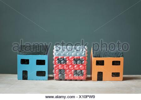 Maison modèle enveloppé dans du papier bulle Banque D'Images
