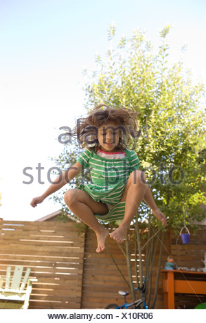Young Girl jumping on trampoline Banque D'Images