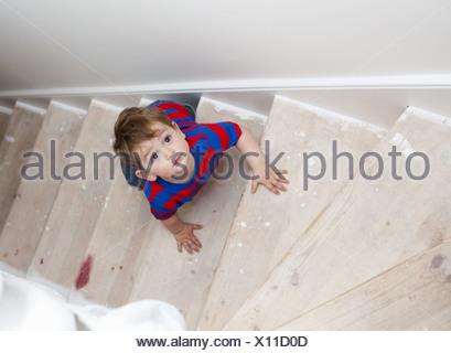 Bébé garçon marches Banque D'Images
