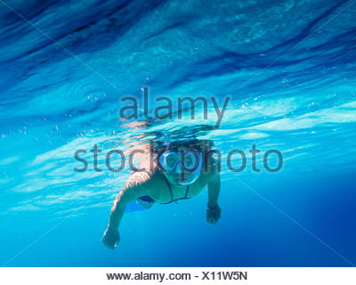 Portrait of Woman swimming in Blue Sea Banque D'Images