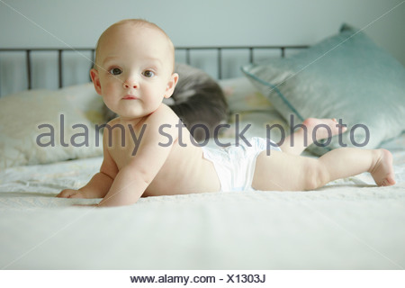 Baby Boy lying on/on bed Banque D'Images