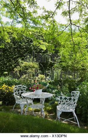 Métal blanc table et chaises de jardin dans un immeuble d'arrière-cour Banque D'Images