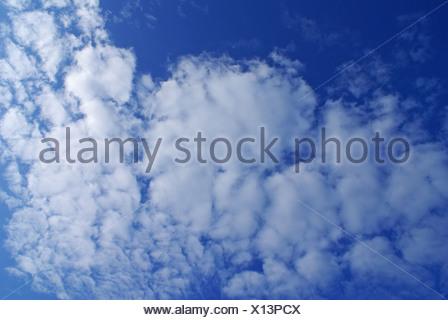 Merveilleux nuages contre ciel bleu Banque D'Images
