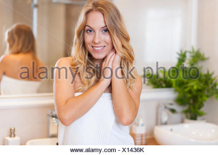 Belle femme naturel dans la salle de bains. Debica, Pologne Banque D'Images