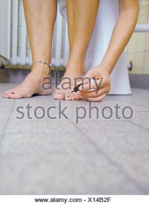 Toilettes, femme, détail, ongles vernis, baignoire, salle de bains, WC
