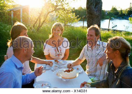Cinq amis haveing un gâteau, Fejan, archipel de Stockholm, Suède.