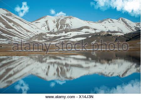 Réflexions sur Piano Grande, dans une journée d'hiver, Piano Grande di Castelluccio di Norcia, Monti Sibillini NP, Italie Banque D'Images