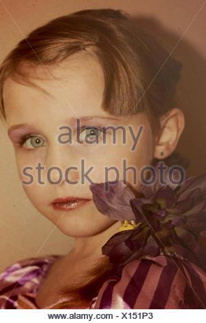 Portrait d'une fille portant un costume de robe fantaisie et de la forme