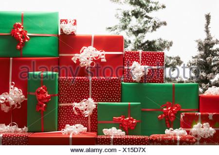 Cadeaux de Noël par tree Banque D'Images