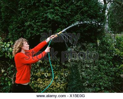 Arroser son jardin Femme Banque D'Images