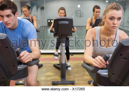 Cinq personnes à spinning class Banque D'Images