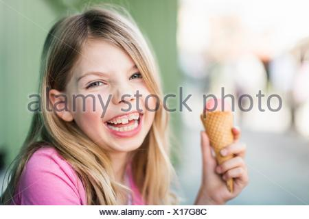 Portrait of young girl eating icecream Banque D'Images