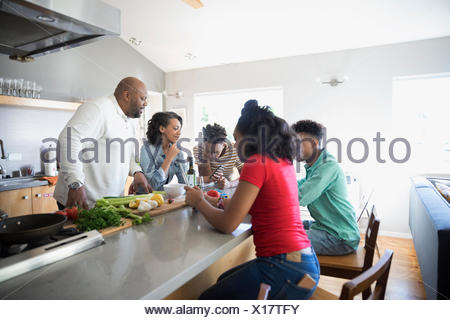 African American family cooking in kitchen Banque D'Images