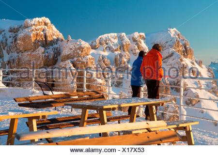Les gens d'admirer les pics rocheux des Dolomites depuis la terrasse de l'Rifugio Lagazuoi Cortina D'Ampezzo Belluno Vénétie Italie Europe Banque D'Images