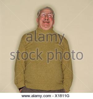 Homme heureux avec ses mains dans ses poches Banque D'Images