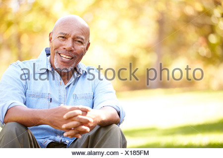 Senior Woman Relaxing In Paysage d'automne Banque D'Images