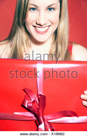 Woman holding gift Banque D'Images