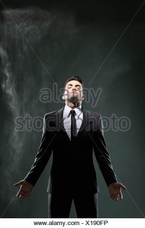 Businessman standing in enfumée Banque D'Images