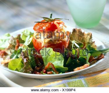 La tomate farcie de chaource et bacon (rubrique: fromages) Banque D'Images
