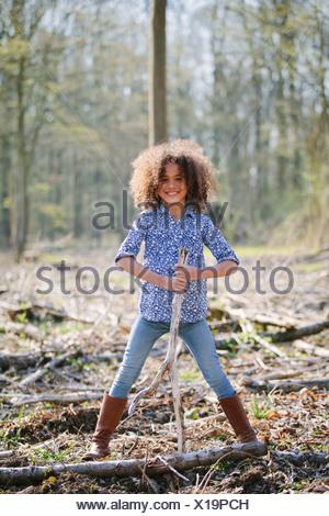 Portrait de jeune fille tenant un bâton en bois Banque D'Images