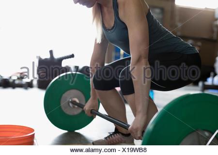 Femme forte, haltérophilie, faisant à gym deadlift barbell Banque D'Images