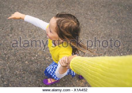 Vue aérienne d'une jeune fille tenant la main de sa mère Banque D'Images