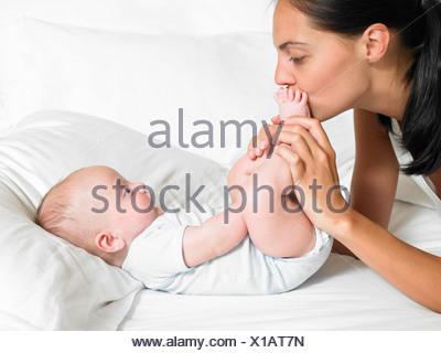 Mère embrassant son nouveau-né d'oie Banque D'Images