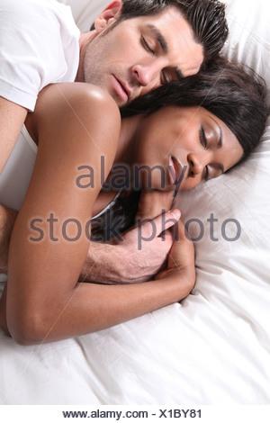 Couple endormi dans le lit Banque D'Images