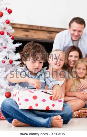 Ouverture garçon cadeau de Noël Banque D'Images