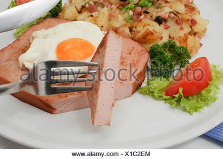 Leberkaese avec œuf frit et frites, spécialité Bavaroise Banque D'Images
