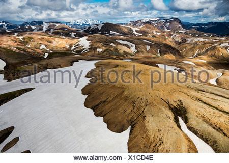 Vue aérienne des montagnes de rhyolite, partiellement recouvert de neige, Landmannalaugar, Fjallabak conservation area, Icelandic Highlands Banque D'Images