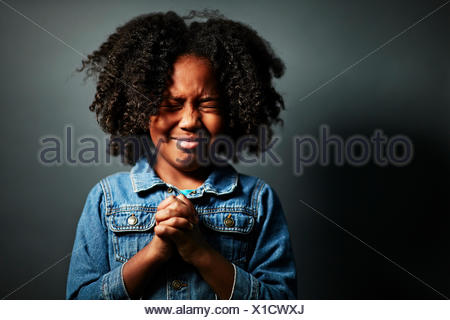 Afro Girl with hands clasped Banque D'Images