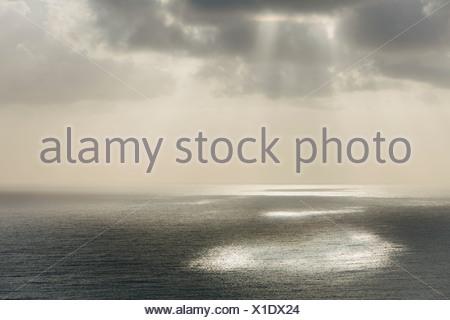 La lumière du soleil qui brillait à travers les arbres de nuage et d'une vue sur océan Pacifique à Manzanita Oregon.