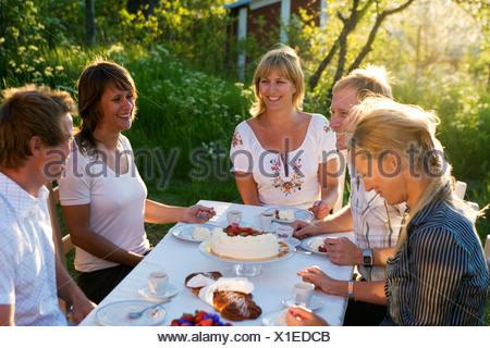Cinq amis avoir un gâteau, au milieu de l'archipel de Stockholm, Suède.