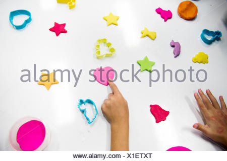 Les enfants les mains avec des argiles colorées sur le tableau blanc Banque D'Images