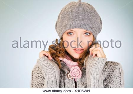 Portrait d'une jeune femme portant un bonnet de laine gris Banque D'Images
