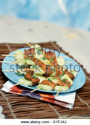 Concombre mariné brochettes de poulet tandoori et Banque D'Images