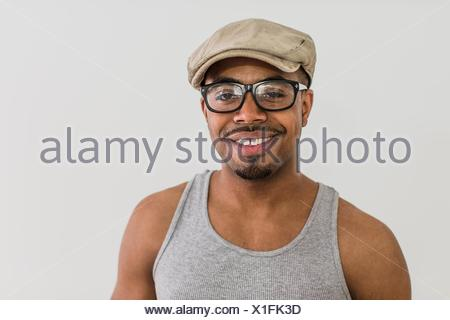 Studio portrait of mid adult man wearing flat cap Banque D'Images