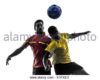 Deux hommes joueur de football jouer au football pour lutter contre la concurrence une boule en silhouette sur fond blanc Banque D'Images