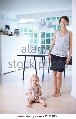 Portrait of mid adult mother and toddler fille en salle à manger Banque D'Images