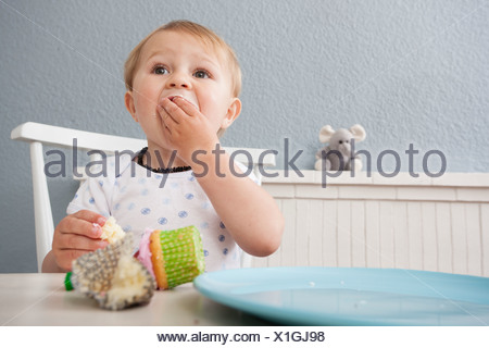 Baby Boy eating cupcake Banque D'Images