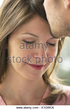 Man kissing woman's Front, cropped Banque D'Images