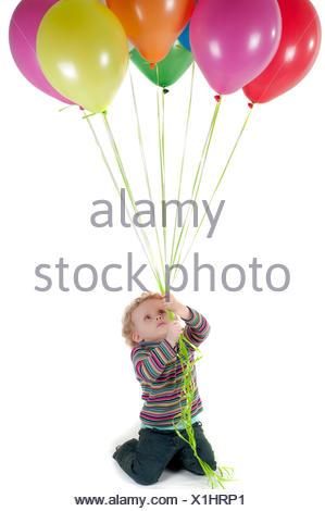 Petite fille mignonne avec des montgolfières multicolores Banque D'Images