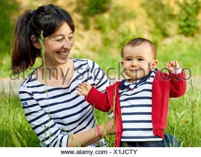 Mère et bébé dans le parc, Getaria, Gipuzkoa, Pays Basque, Espagne Banque D'Images
