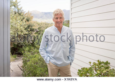 Portrait of happy senior man smiling Banque D'Images