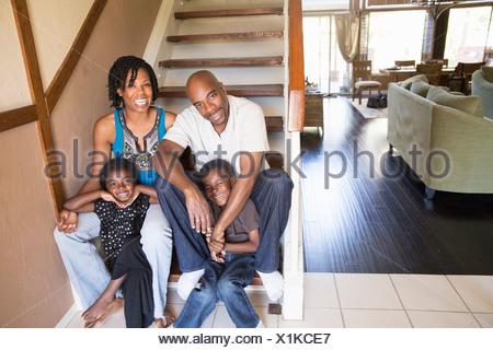 Portrait of mature couple avec son fils et sa fille dans les escaliers Banque D'Images