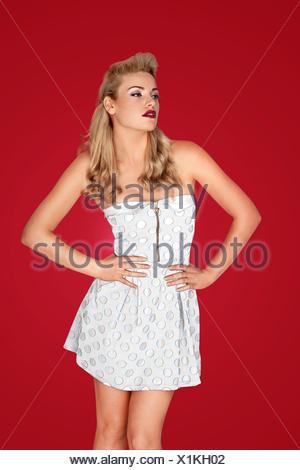 Belle blonde modèle rétro dans une minijupe Banque D'Images