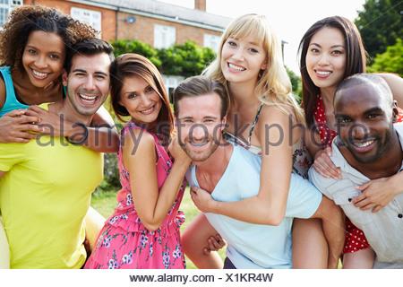 Portrait d'amis de vous détendre dans le jardin d'été Ensemble Banque D'Images