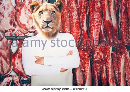 Boucher avec une tête de lion avec bras croisés viande rouge avant permanent Banque D'Images