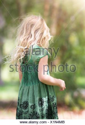 Vue arrière du girl (4-5) wearing green dress Banque D'Images